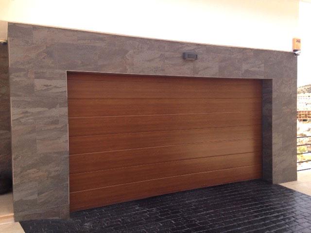 Puertas de garaje en m laga dise os e instalaci n for Precio de puertas enrollables