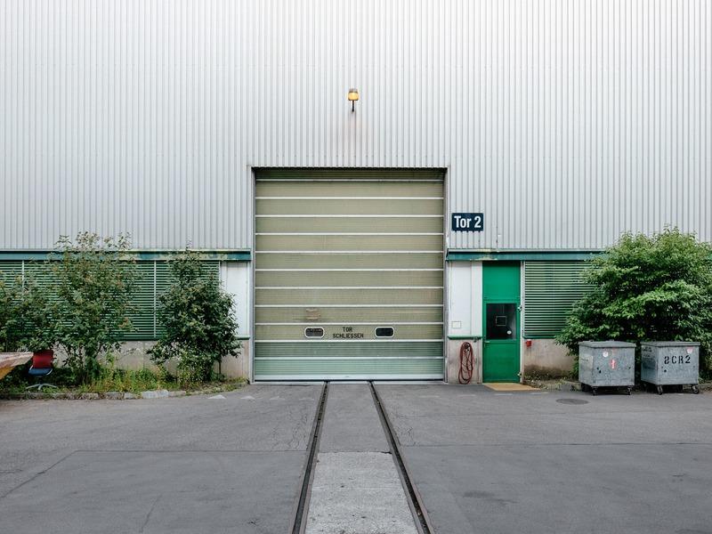 puerta de garaje con puerta peatonal